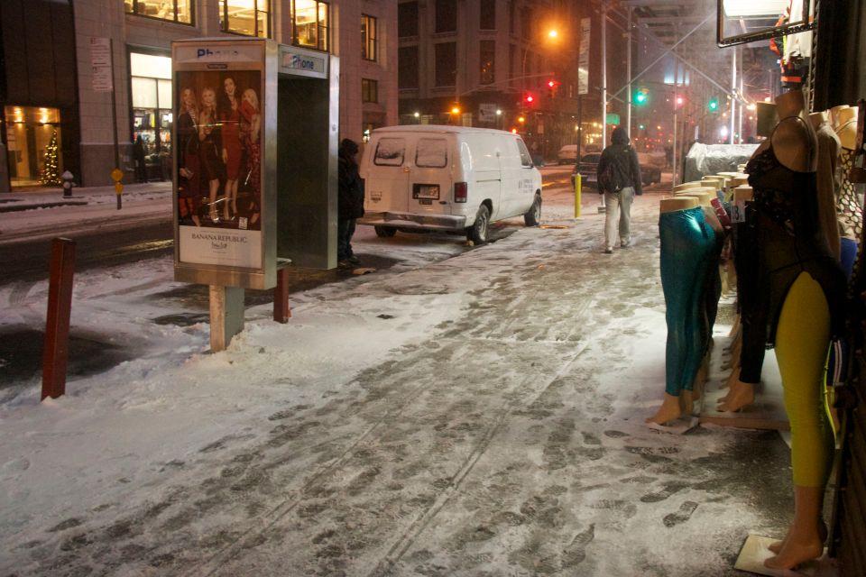 Banana Republic, Mannequins in snow