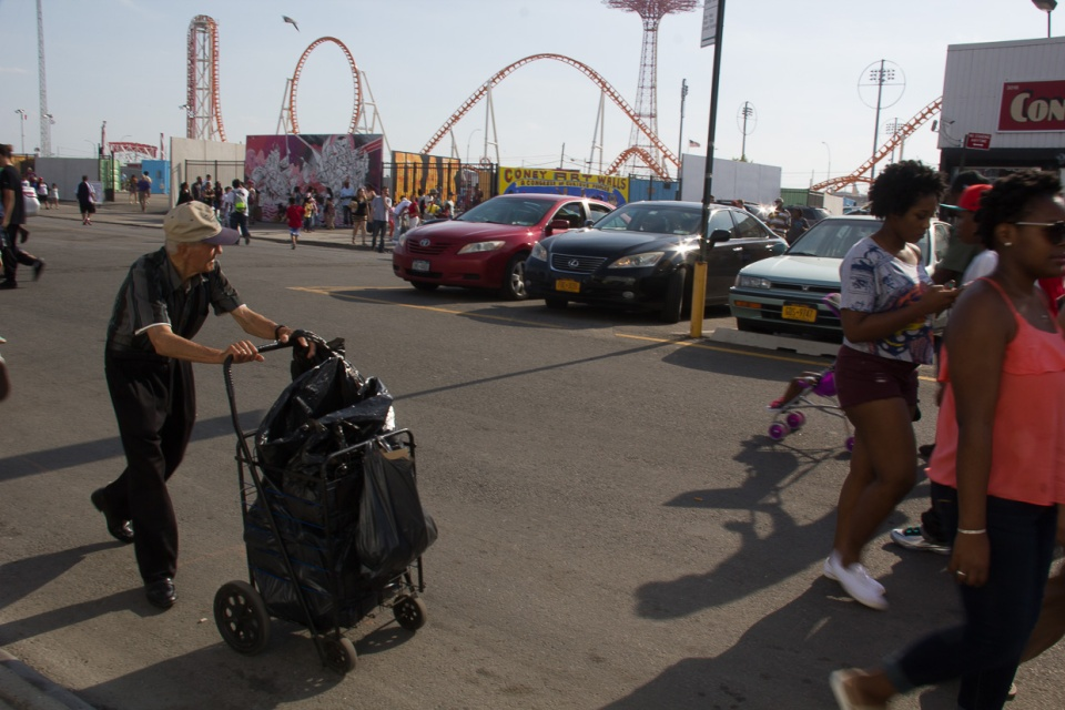 20150525-Guy pushing cart©PattiFogarty
